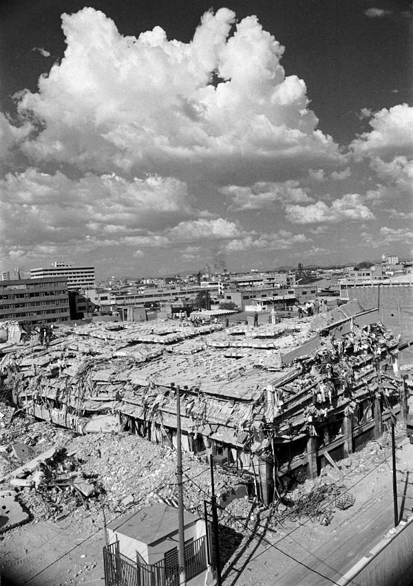 Este martes del a–o 2000 se cumplen 15 a–os del terremoto que uni— a los mexicanos a travŽs de la tragedia y solidaridad. Cada a–o los residentes del Distrito Federal recuerdan con emoci—n y temor el sismo de 1985 que destruy— grandes zonas de la ciudad, provocando la muerte de 9 mil 500 personas. FOTO: Pedro Valtierra/ARCHIVO/CUARTOSCURO.COM