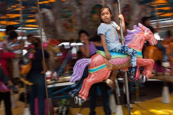MÉXICO, D.F., 30ABRIL2015.- Decenas de niños se divierten en día en la feria que instaló en la plancha del zócalo, en donde hay juegos mecánicos gratis y espectaculos circenses. FOTO: MOISÉS PABLO /CUARTOSCURO.COM