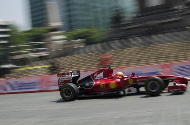 """MÉXICO, D.F., 02AGOSTO2015.- Los pilotos mexicanos Esteban Gutiérrez y Ricardo Pérez de Lara dieron un recorrido desde la Glorieta de la Palma hasta la Glorieta de la Diana Cazadora con motivo del """"Ferrari Street Demo"""", en donde se presentaron los modelos F1 con los que cuenta la marca italiana, en el marco de la presentación de Fórmula 1 en México.  FOTO: RUBÉN ESPINOSA /CUARTOSCURO.COM"""