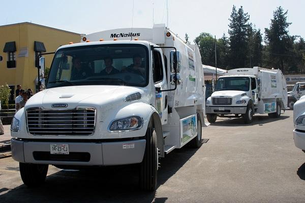 MƒXICO D.F., 10FEBRERO2009.- Nueve camiones recolectores de basura con sistema de separacion de residuos solidos y organicos fueron entregados hoy a trabajadores de limpieza de la delegacion Miguel Hidalgo. con estos camiones nuestra delegaci—n sera la primera en separar la basura aseguro la delegada de esta demarcaci—n Gabriela Cuevas. FOTO: RICARDO CASTELAN/CUARTOSCURO.COM