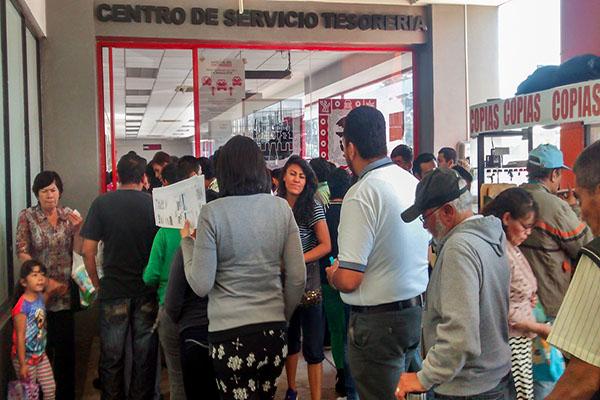 MÉXICO, D.F., 28MARZO2015.-Largas filas se registraron en las oficinas de la tesoreria debido a que fallo el sistema de la Secretaria de Fiananzas, debido a la demanda del pago de impuesto de referendo vehicular que vence hasta el día de mañana 31 de Marzo. FOTO: SAÚL LÓPEZ /CUARTOSCURO.COM