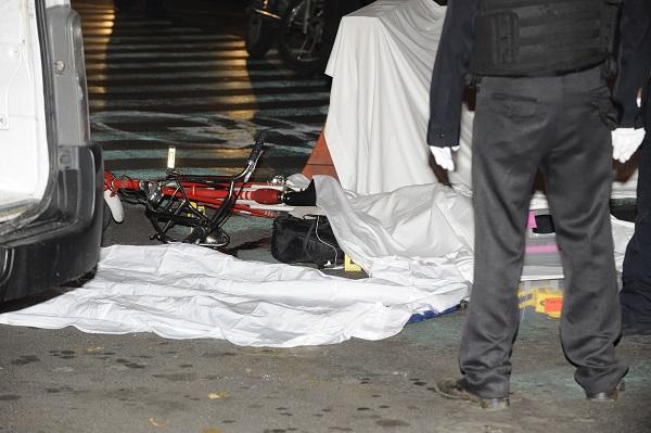 MÉXICO, D.F., 17NOVIEMBRE2015.- Frente a las rejas de Chapultepec, en Reforma y Gandhi, una mujer perdió la vida al ser atropellada mientras conducía una EcoBici, al parecer por un camión de transporte público. FOTO: ARMANDO MONROY /CUARTOSCURO.COM