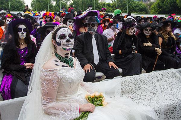 MEXICO, D.F., 01NOVIEMBRE2015.- Con la asistencia de cientos de personas disfrazadas de Catrinas que buscan romper el Récord Guinness de más personas caracterizadas como el personaje, se realizó el Catrina Fest en el teatro Ángela Peralta, en Polanco. FOTO: ISAAC ESQUIVEL /CUARTOSCURO.COM