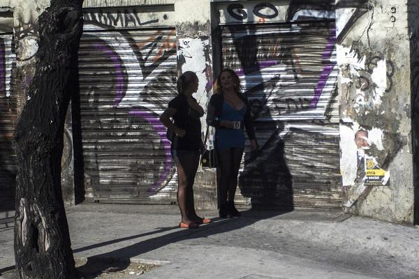 MÉXICO, D.F., 03MARZO2015.- Dos mujeres sexoservidoras, inician su jornada laboral desde tempranas horas de la mañana sobre avenida Tlalpan. FOTO: ENRIQUE ORDÓÑEZ /CUARTOSCURO.COM