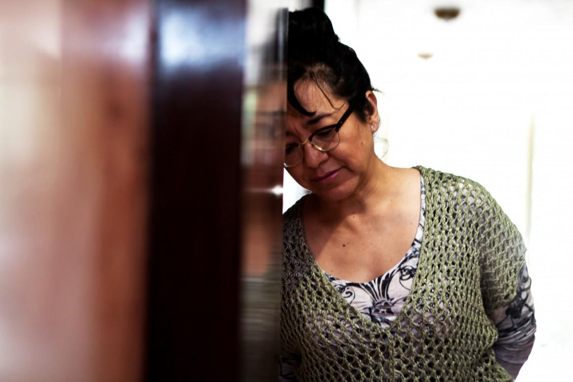 """La escriora Cristina Rivera Garza, con su libro """"Los muertos indóciles"""", fotografía para sinembargo.mx"""