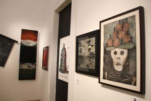 La exposición Laca laca está integrada por piezas 43 artistas plásticos que se exhiben en Arteforo. La muestra está dedicada a los 43 normalistas desaparecidos en Iguala y a los curadores que fallecieron durante este año.