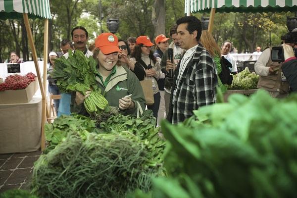 MÉXICO, D.F., 04MARZO2012.-Cambian desperdiciosreciclables por Verdura fresca y otros productos sustentables en la entrada al Bosque de Chapultepec, donde se lleva a cabo el Mercado del Trueque, organizado por la Secretaría del Medio Ambiente del DF FOTO: JUAN PABLO ZAMORA /CUARTOSCURO.COM