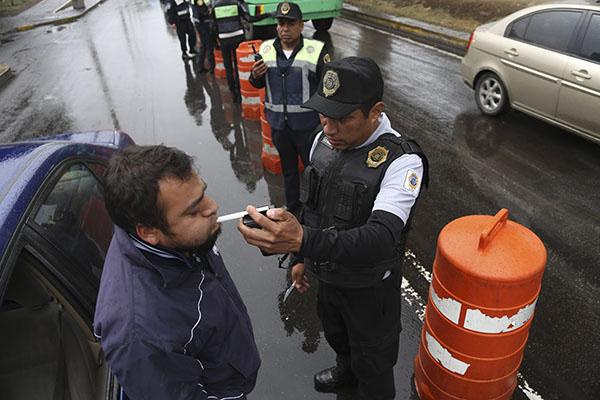 MÉXICO, D.F., 24DICIEMBRE2014.- Policias y medicos de la SSP-DF continuán realizando pruebas a conductores para detectar si ingirieron bebidas alcoholicas en los principales accesos y salidas a la ciudad, como parte del programa Conduce sin Alcohol. FOTO: SAÚL LÓPEZ / CUARTOSCURO.COM