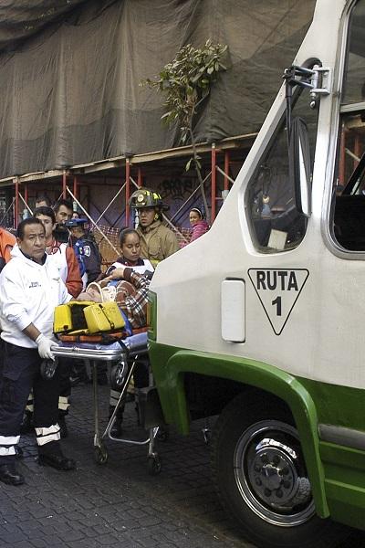 MÉXICO, D.F., 26DICIEMBRE2015.- Un microbus de la ruta 1 chocó contra el Metrobus 502, dejando un saldo de 7 heridos en el cruce de las calles Isabel la Católica y República del Salvador, colonia Centro. FOTO: ARMANDO MORNOY /CUARTOSCURO.COM