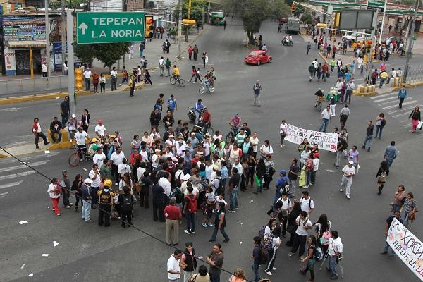 MEXICO D.F. 17OCTUBRE2014.- Habitantes de Xochimilco, bloquearon la avenida Guadalupe I. Ramirez y Prolongación División del Norte donde exigen mas seguridad en la delegación ante el alto índice de robo a transeúnte, asalto a negocios y violaciones a menores de edad. FOTO: SAÚL LÓPEZ / CUARTOSCURO.COM