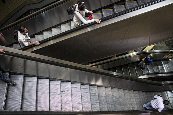 Casi terminada sustituci n de escaleras el ctricas del for Escaleras que suben y bajan