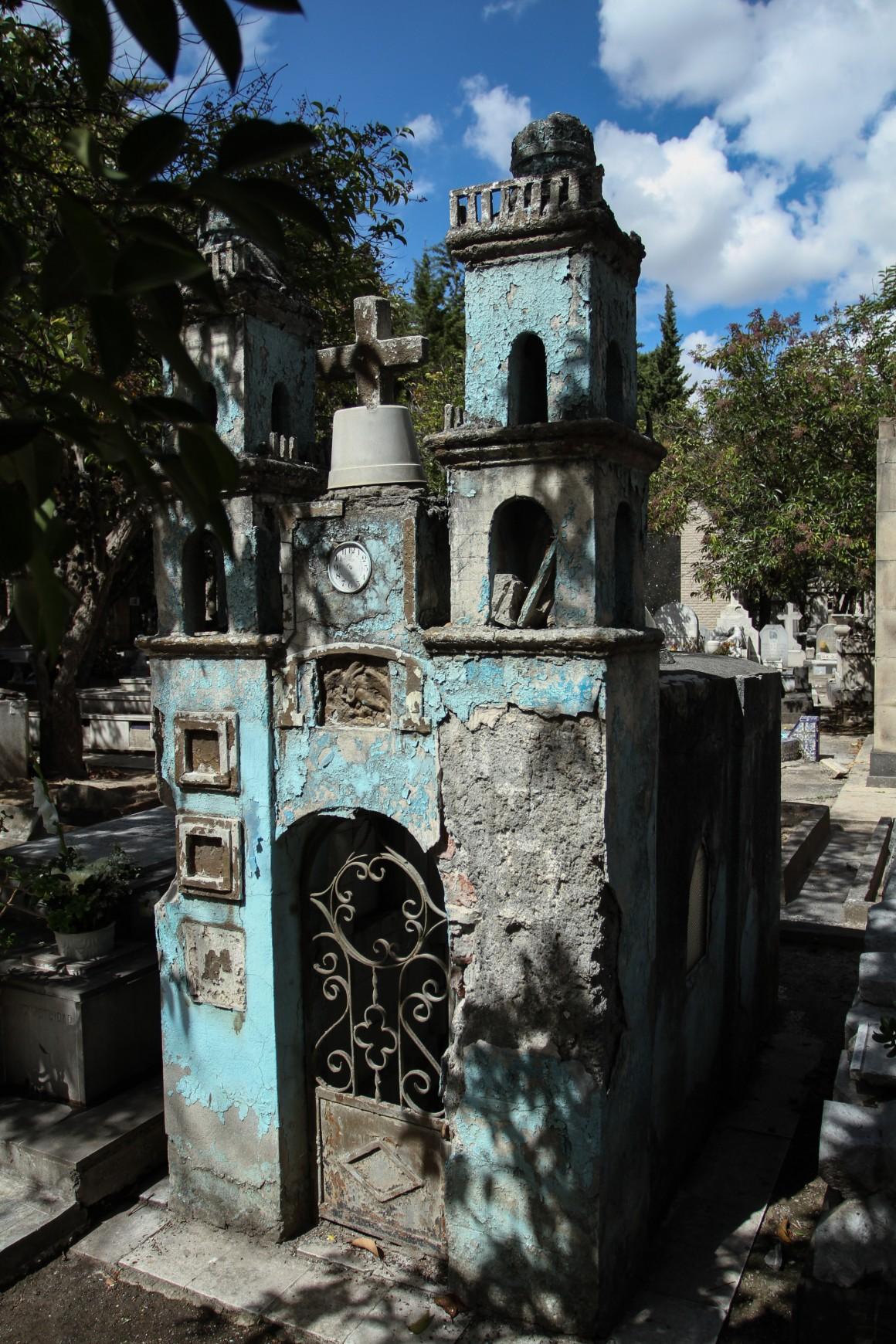 MÉXICO, D.F., 02NOVIEMBRE2015.- No todos los muertos son recordados en estas fiestas populares. El panteón Francés de la Piedad es un panteón de estilo gótico y neoclásico, cuanta con mas de un centenar de personajes destacados, muchos de ellos militares que descansan en sus tierras, y no por eso es de los panteones más visitados en la ciudad, por el contrario se encuentra en condiciones precarias y abandono en mas del 70 % de sus tumbas. FOTO: ISABEL MATEOS /CUARTOSCURO.COM