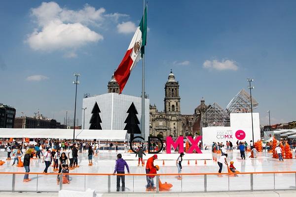MÉXICO, D.F., 10ENERO2015.- Cientos de personas acuden a la pista de hielo ubicada en el Zócalo en este último fin de semana que permanecerá abierta. FOTO: RODOLFO ANGULO /CUARTOSCURO.COM
