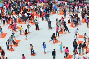 MÉXICO, D.F., 21DICIEMBRE2015.- Cientos de personas acuden a la pista de hielo en la plancha del zócalo. FOTO: ARMANDO MONROY /CUARTOSCURO.COM