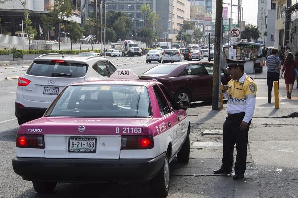 MÉXICO, D.F., 14DICIEMBRE2015.- Elementos de tránsito de la Secretaria de Seguridad Pública (SSP) vigilan las principales vialidades, a un día de la entrada en vigor del nuevo reglamento de tránsito, el cual sufrió un incremento a las multas y prohibiciones a los automovilistas. FOTO: GALO CAÑAS /CUARTOSCURO.COM