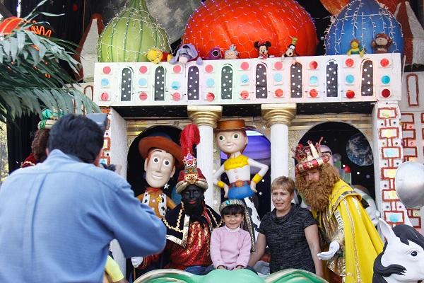 MƒXICO, D.F., 04ENERO2011.- NI–os acudieron a la Alameda central a tomarse fotograf'as con los Reyes Magos. FOTO: IVAN STEPHENS/CUARTOSCURO.COM