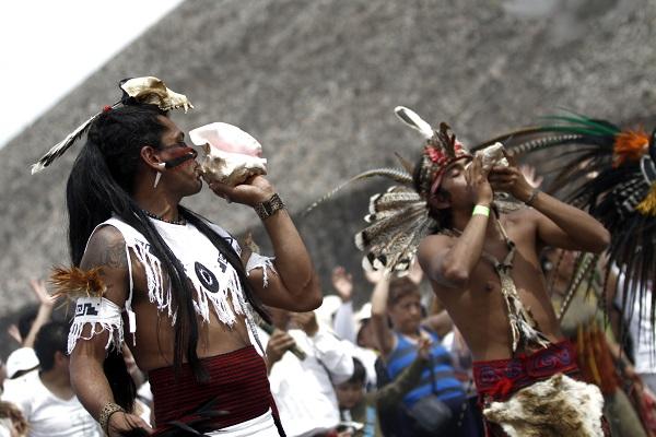 SAN JUAN TEOTIHUACAN, ESTADO DE MÉXICO, 21MARZO2013.- Cientos de personas arribaron a la Zona Arqueologica de San Juan Teotihuacan por motivo del equinoccio de primavera. Los visitantes acuden con vestimanta blanca y suben hasta lo mas alto de la Piramide del Sol para cargarse de energia. FOTO: RODOLFO ANGULO /CUARTOSCURO.COM