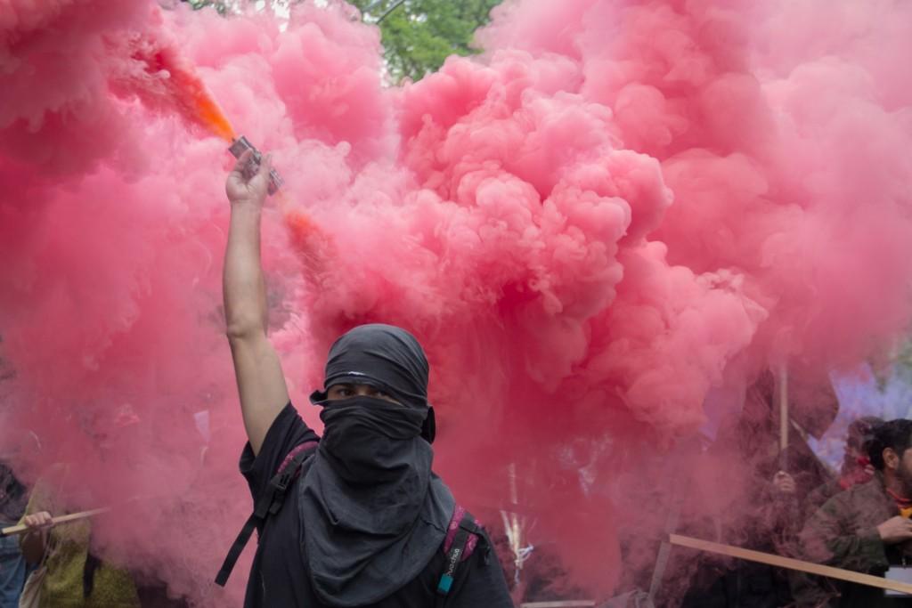Un miembro del denomiado grupo Anarquista durante la marcha de Aniversario de Ayotzinapa en la cudad de Mexico en Septiembre 26, 2015