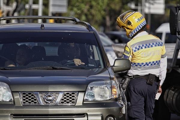 MÉXICO, D.F., 17DICIEMBRE2015.- Policías de tránsito continúan con la aplicación del Nuevo Reglamento de Tránsito de la Ciudad de México.  FOTO: ISAAC ESQUIVEL /CUARTOSCURO.COM