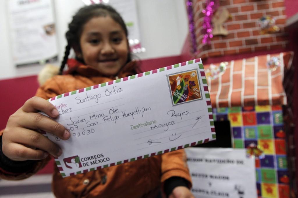 PUEBLA, PUEBLA, 05ENERO2015.- Niños del estado, acompañados de sus papas, acudieron a escribir su carta para mandarla al buzon dirigida a los Reyes Magos a unas horas que lleguen a los hogares a entregarles susregalos. FOTO: HILDA RIOS /CUARTOSCURO.COM