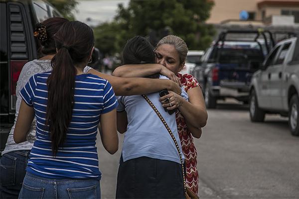 CULIACÁN, SINALOA, 20ABRIL2015.- Un fuerte enfrentamiento entre presuntos secuestradores y elementos de la policía ministerial del estado , dejo como saldo 3 personas sin vidas y uno mas detenido. Los hechos ocurrieron en la colonia Cañadas en la calle Sierra Tarahumara, la balacera duro aproximadamente una hora en una casa de seguridad donde se encontraba una persona privada de su libertad, al lugar arribaron elementos del ejercito mexicano y elementos de la marina para brindar apoyo ademas peritos y ministerio publico recolectaron decenas de casquillos de grueso calibre los cuales realizan las investigaciones correspondientes. FOTO: RASHIDE FRIAS / CUARTOSCURO.COM
