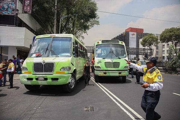 MÉXICO, D.F., 17JULIO2015.- Microbuses de distintas rutas se manifestaron bloqueando la calzada de Tlalpan, al rededor de 500 personas que se transportaban en las unidades intentaron marchar por la avenida hasta que granaderos de la SSP-DF les impidieron el paso a la altura del Metro San Antonio Abad. FOTO: SAÚL LÓPEZ /CUARTOSCURO.COM