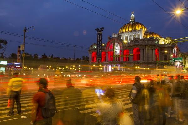 MÉXICO, D.F., 09DICIEMBRE2015.- Paso peatonal frente al Palacio de Bellas Artes, en el cruce de Eje Central y avenida Juárez, en el centro de la ciudad de México. FOTO: ISAAC ESQUIVEL /CUARTOSCURO.COM