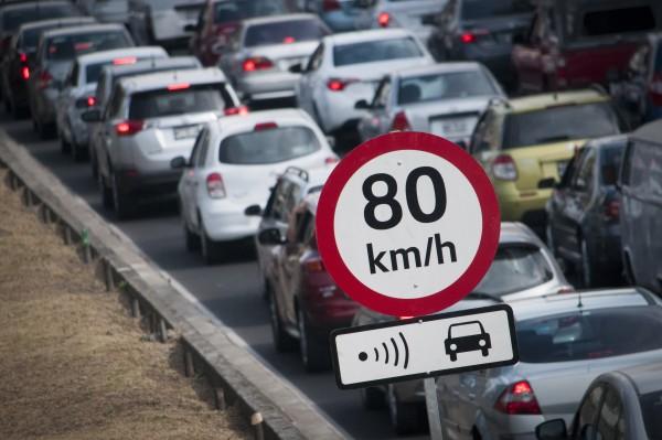 MÉXICO, D.F., 28DICIEMBRE2015.- Señalizaciones de radares y límites de velocidad fueron colocados en las principales avenidas de la ciudad para que automovilistas eviten multas, ante el nuevo reglamento de tránsito, el cual declara un máximo de 80 kilómetros por hora. FOTO: DIEGO SIMÓN SÁNCHEZ /CUARTOSCURO.COM