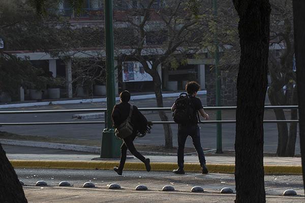 """CIUDAD DE MEXICO, 25FEBRERO2016.- Jóvenes encapuchados cerraron el tránsito vehicular en Ciudad Universitaria, a la altura de la Facultad de Filosofía y Letras de la UNAM. Los jóvenes incendiaron una unidad de Vigilancia UNAM. Además, causaron destrozos, colocaron barricadas e incendiaron llantas para protestar contra la detención de quien reconocen como """"el Compañero George"""", presuntamente detenido de manera extraoficial en las inmediaciones del campus universitario la noche de ayer. Hasta el momento la detención no ha sido confirmada por autoridades. FOTO: DAVID POLO /CUARTOSCURO.COM"""