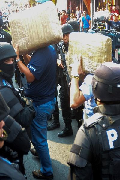 CIUDAD DE MÉXICO, 26FEBRERO2016.- Tras un operativo de la Policia de Investigación en el barrio de Tepito sobre el eje 1 norte casi con Jesús Carranza y decomisar bultos al parecer con marihuana, fueron dañadas varias patrullas de la policiz ministerial, algunos comerciantes fueron detenidos. FOTO: ARMANDO MONROY /CUARTOSCURO.COM
