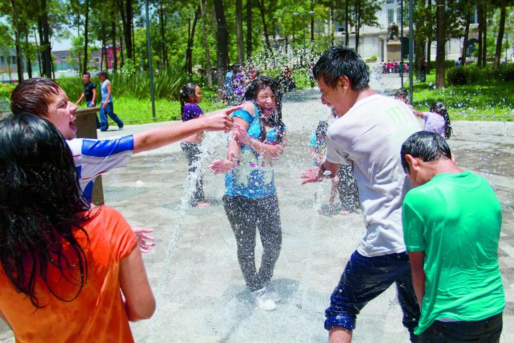 MÉXICO, D.F., 13JULIO2014.- Unos jovenes, aprovechan las fuentes colocadas en el parque de la Almeda Central para refrescarse debido a las altas temperaturas que se presentaron este día en la ciudad. FOTO: GUILERMO PEREA /CUARTOSCURO.COM