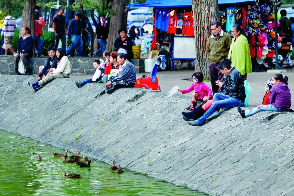 MÉXICO, D.F., 25DICIEMBRE2013.-  Cientos de familias acuden al Bosque de Chapultepec a pasear durante este día de Navidad, algunos acuden al Zoologico, otros más prefieren dar un paseo en lancha en el lago o alimentar a los patos. FOTO: RODOLFO ANGULO /CUARTOSCURO.COM