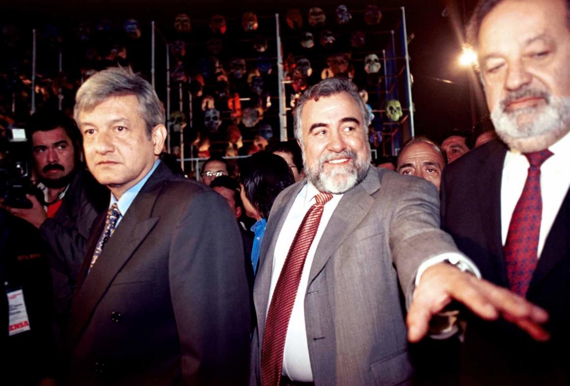 MEXDF31OCTUBRE2001.- AndrŽs Manuel LopŽz Obrador, jefe de Gobierno del DF y el empresario Carlos Slim inauguraron la Ofrendra Monumental del D'a de Muertos que permancera por unos d'as en la Plaza de la Constituci—n. FOTO: Eunice Adorno/CUARTOSCURO.COM