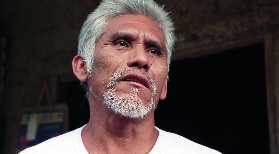 Crisanto Hernández de la Cruz, campesino de 53 años de edad que sueña con algún día tener una vivienda de concreto en Xochiatipan, Hidalgo.