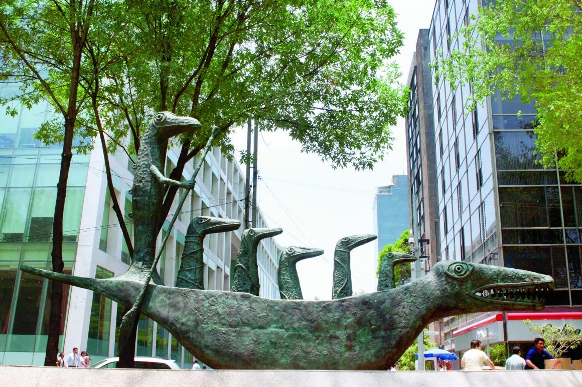 MÉXICO, D.F., 26MAYO2011.- Ayer al filo de la media noche la artista plática Leonora Carrington, murió a la edad de 94 años. Esta creadora era de nacionalidad inglesa y fue muy representativa en la corriente artística del surrelismo. En la ciudad podemos apreciar parte de su obra como en avenida Reforma en donde se encuentra la escultura Cocodrilo. FOTO: MOISÉS PABLO/CUARTOSCURO.COM