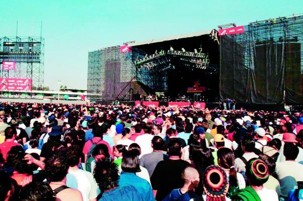 MEXDF11NOV2000.- Esta tarde comenzó el Festival de Rock Vive Latino, en el Foro Sol, donde miles de jóvenes acudieron a ver a 24 bandas de rock de nuestro pais, Argentina y España, entre otras. FOTO: Fernanda Sánchez/CUARTOSCURO.COM