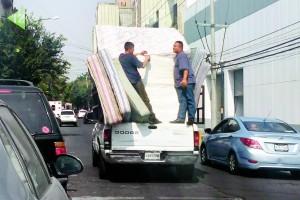 """( MÉXICO - DF, Nov 2015 ) Trabajadores que recolectan el """"Fierro Viejo"""" arriesgan su vida transportandose en pequeñas camionetas, llenas de estufas, refrigeradores y colchones viejos."""