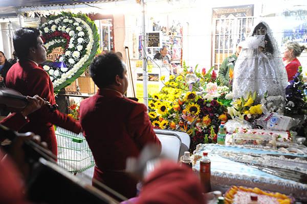 """MÉXICO D.F.01NOVIEMBRE2013.- Festejan en la colonia Morelos a la Muerte, en el 13 aniversario del altar que se coloco en la calle de Alfareros casi esquina con Hojalatería por """"Dona Queta"""". Al lugar arribaron Mariachis y festejaron con pastel y comida para los seguidores. FOTO: LUIS CARBAYO /CUARTOSCURO.COM"""
