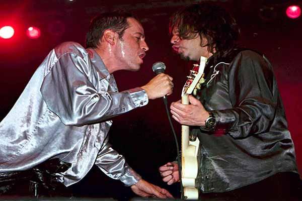 """MEXDF02DIC2002.- Poncho y Lino Nava, cantante y guitarrista del grupo """"La Lupita"""" respectivamente, durante el concierto gratuito que ofrecieron la noche de ayer en la Plaza del Zócalo capitalino. FOTO: Juan Pablo Zamora/CUARTOSCURO.COM"""
