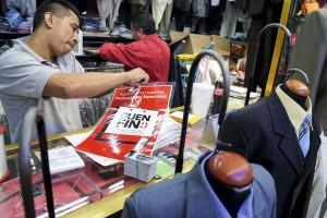 MÉXICO, D.F., 16NOVIEMBRE2012.- Tiendas y locatarios de ropa del mercado del barrio de la Lagunilla participan en el programa económico Buen Fin, con baja de precios en diversas mercacias y descuentos especiales. FOTO: ADOLFO VLADIMIR /CUARTOSCURO.COM