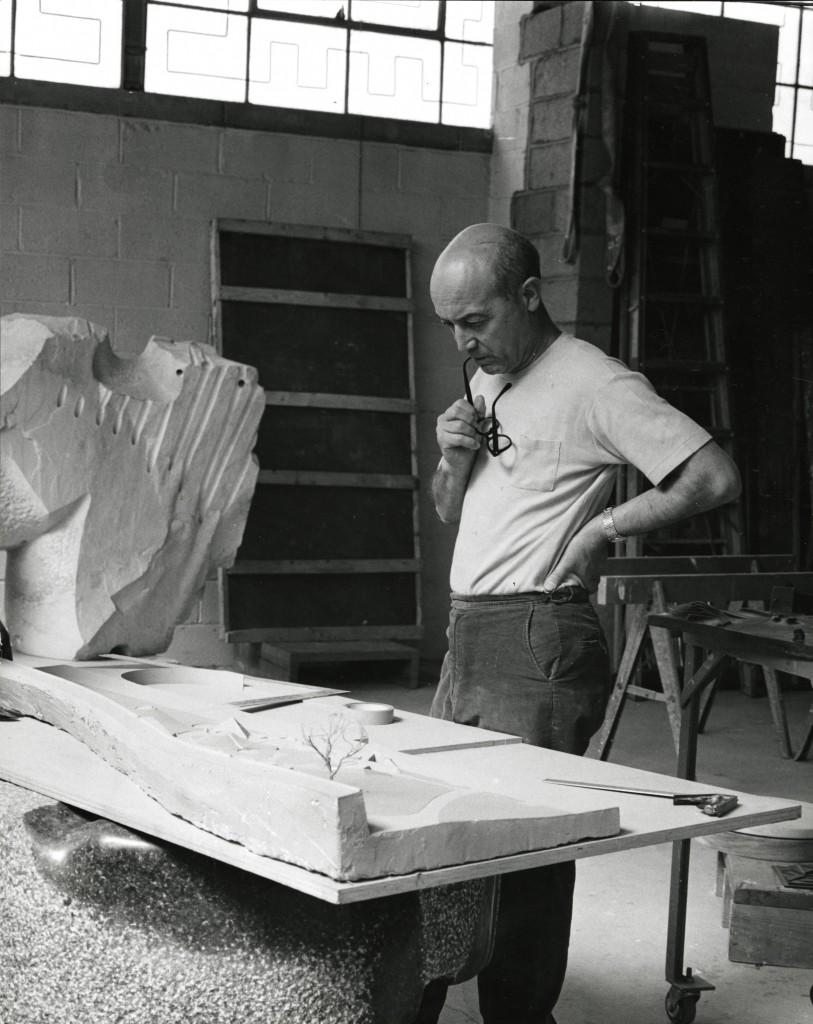 Noguchi trabajando en maqueta para parque Riverside, 1963