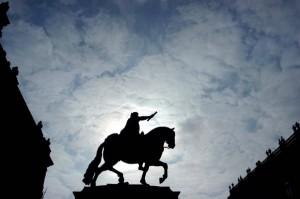 MEXICO D.F. 24SEPTIEMBRE2004.- Amanecer en la plaza Manuel Tolsa. Al centro la estatua de Carlos IV , mas conicida como ¬el caballito¬. FOTO: Germ‡n Romero/CUARTOSCURO:C