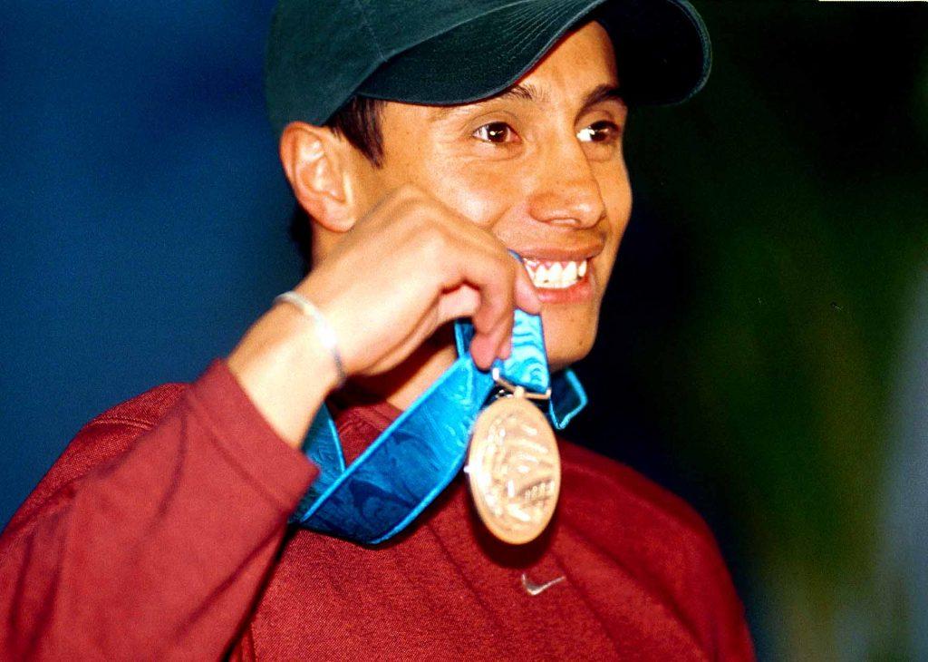 MEXDF03OCT2000.- Fernando Platas muestra orgulloso la medalla de plata que obtuvo en Sidney en la prubea de trampol'n de tres metros. FOTO: Christian Palma/CUARTOSCURO.COM