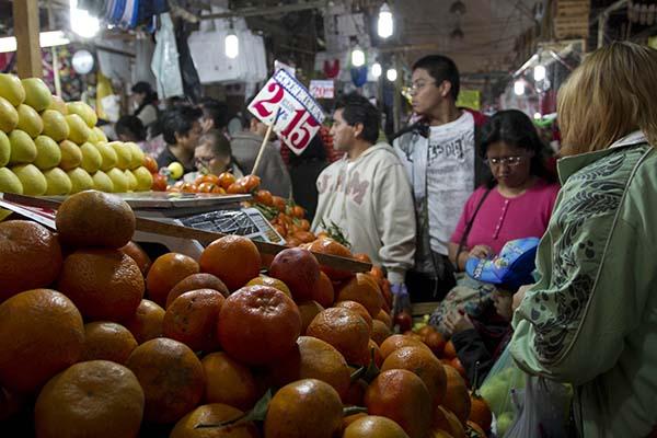 MÉXICO, D.F., 23DICIEMBRE2013.- Cientos de Personas acuden al mercado de la Merced para realzar las compras de la cena navideña. FOTO: GUILLERMO PEREA /CUARTOSCURO.COM