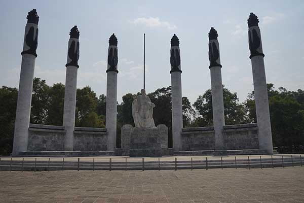 """MÉXICO, D.F., 18ABRIL2013.- El día de hoy se conmemora el """"Día mundial de los Monumentos y Sitios"""", el cual fue propuesto por el Consejo Internacional de Monumentos y Sitios (ICOMOS). Monumento dedicada a los niños heroes; """"Altar a la Patría"""" y se compone de 6 columnas cuyos grabados grabados esta representados por aguilas y llamas. FOTO: ALEXO NEYRA /CUARTOSCURO.COM"""