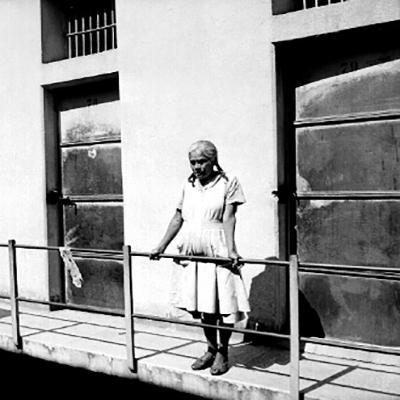 anciana-en-los-pasillos-de-fototeca