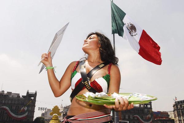 """MEX15 - CIUDAD DE M…XICO (M…XICO), 11/09/08.- Una joven mexicana del grupo ambientalista Animal Naturalis viste ropas de mujer revolucionaria o """"Adelita"""" hoy, 11 de septiembre de 2008, en el ZÛcalo de Ciudad de MÈxico, para concientizar a los ciudadanos sobre el consumo de comida vegetariana y persuadirlos a no consumir carne. EFE/Mario Guzm·n"""