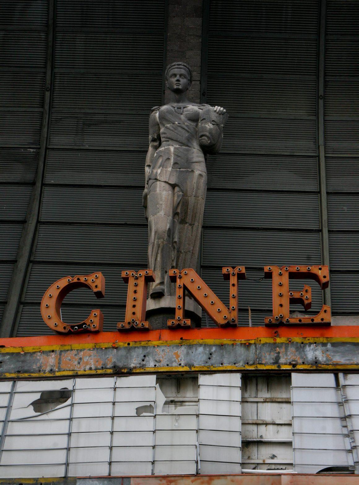 MÉXICO, D.F., 11SEPTIEMBRE2009.- Fachada del Cine Opera, ubicado en la calle de Serapio Rendón en la colonia Tabacalera. este tipo de complejos fueron muy populares en decádas pasadas aunque en la actualidad son inmuebles abandonados que irradian parte de su majestuosidad y del pasado que se nos fue. FOTO: MOISÉS PABLO/CUARTOSCURO.COM