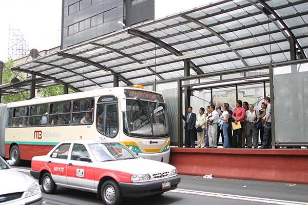 MEXICO, D.F. 20JUNIO2005.- Usuarios que esperan el metrobus encuentran dificultades para abordar dicho transporte debido a la alta demanda del mismo. FOTO: Sandra Perdomo/CUARTOSCURO.COM