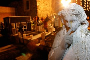 MÉXICO, D.F. 02NOVIEMBRE2005.- El panteón de Mixquiq, en el Distrito Federal es uno de los mas visitados en las celebraciones de día de muertos. En esta comunidad del surponiente de la ciudad, los pobladores acostumbran velar toda la noche al lado de la tumba de su ser querido. FOTO: Miguel Dimayuga/CUARTOSCURO.COM